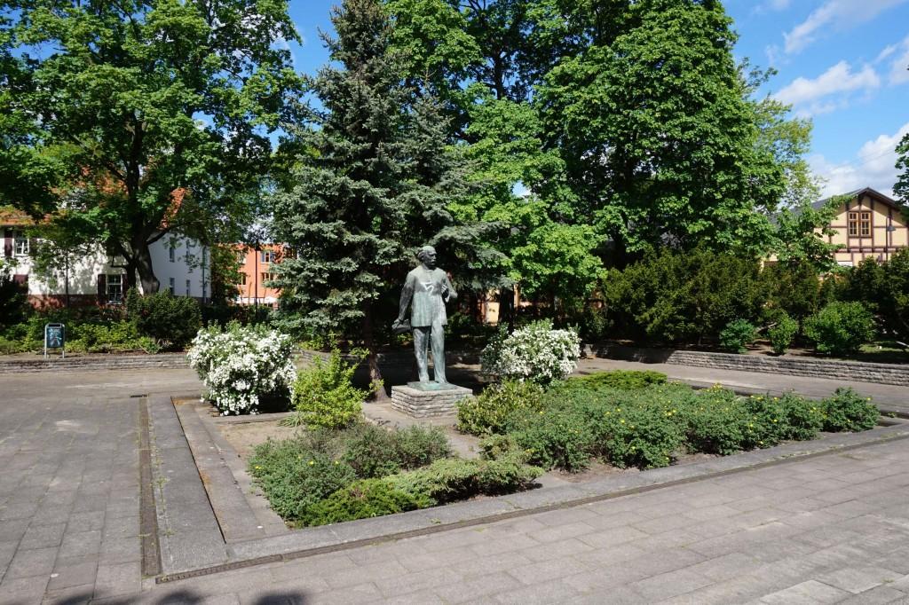 Einer der wenigen Orte, die noch an die MASCH erinnern: Hermann-Duncker-Denkmal am S-Bahnhof Karlshorst, an der ehemaligen Hermann-Ducker-Straße., jetzigen Treskow-Allee (Foto: A. Peglau 2015)