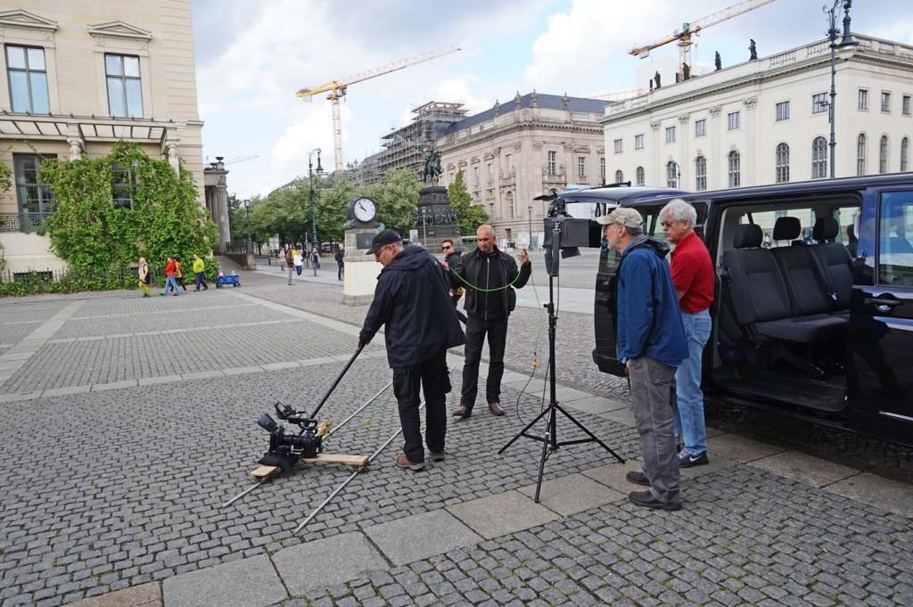 Christopher Rowe bei einer Kamerafahrt auf dem Bebelplatz, gegenüber der Humboldt-Universität.