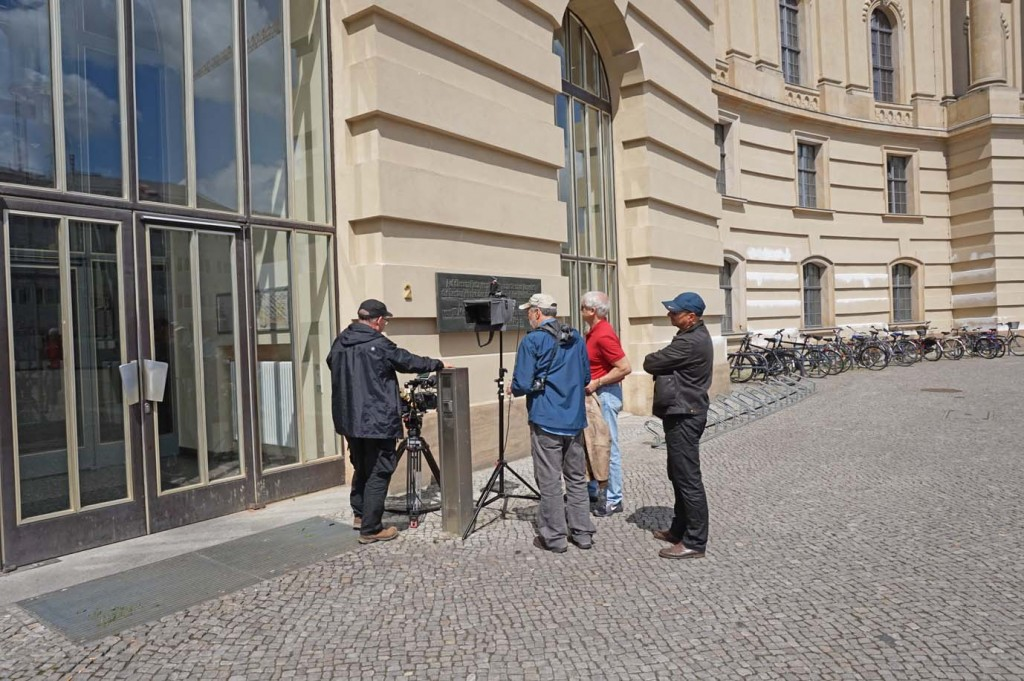 Aufnahmen an der Gedenktafel für die am 10. Mai 1933 auf dem heutigen Bebelplatz verbrannten Bücher - zu denen auch Werke von Reich gehörten.