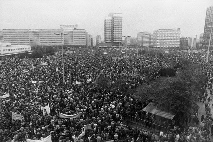 Foto: Gpl/Umbruch Bildarchiv, Lausitzer Straße 10, 10999 Berlin, Tel. 030/612 30 37. Weitere Bilder von der Demonstration am 4.11.89 und rund um den Mauerfall unter: http://www.umbruch-bildarchiv.de/bildarchiv/ereignis/mauerfall.html