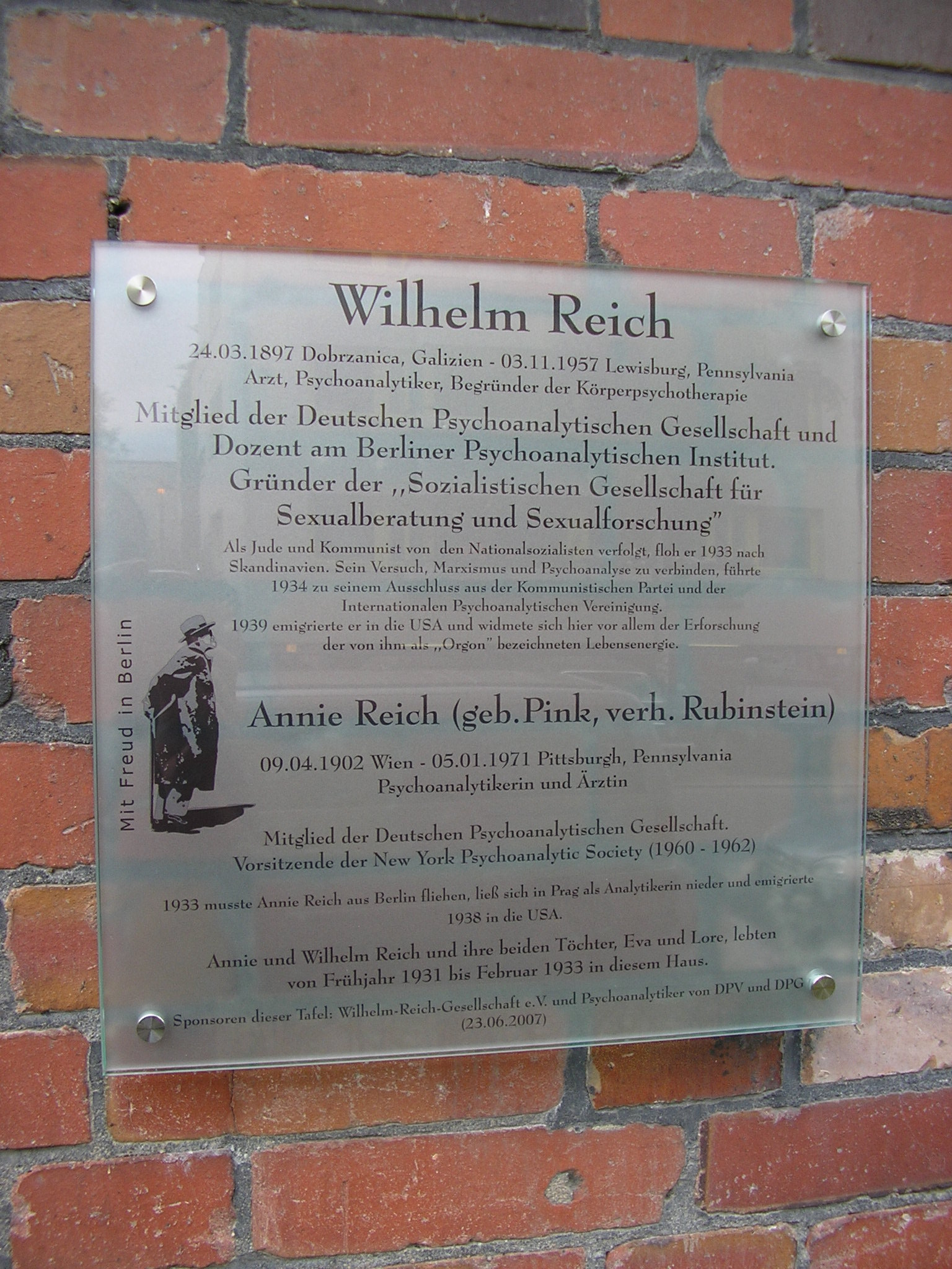 Shift to the right. Memorial plaque for Wilhelm Reich and Annie Reich