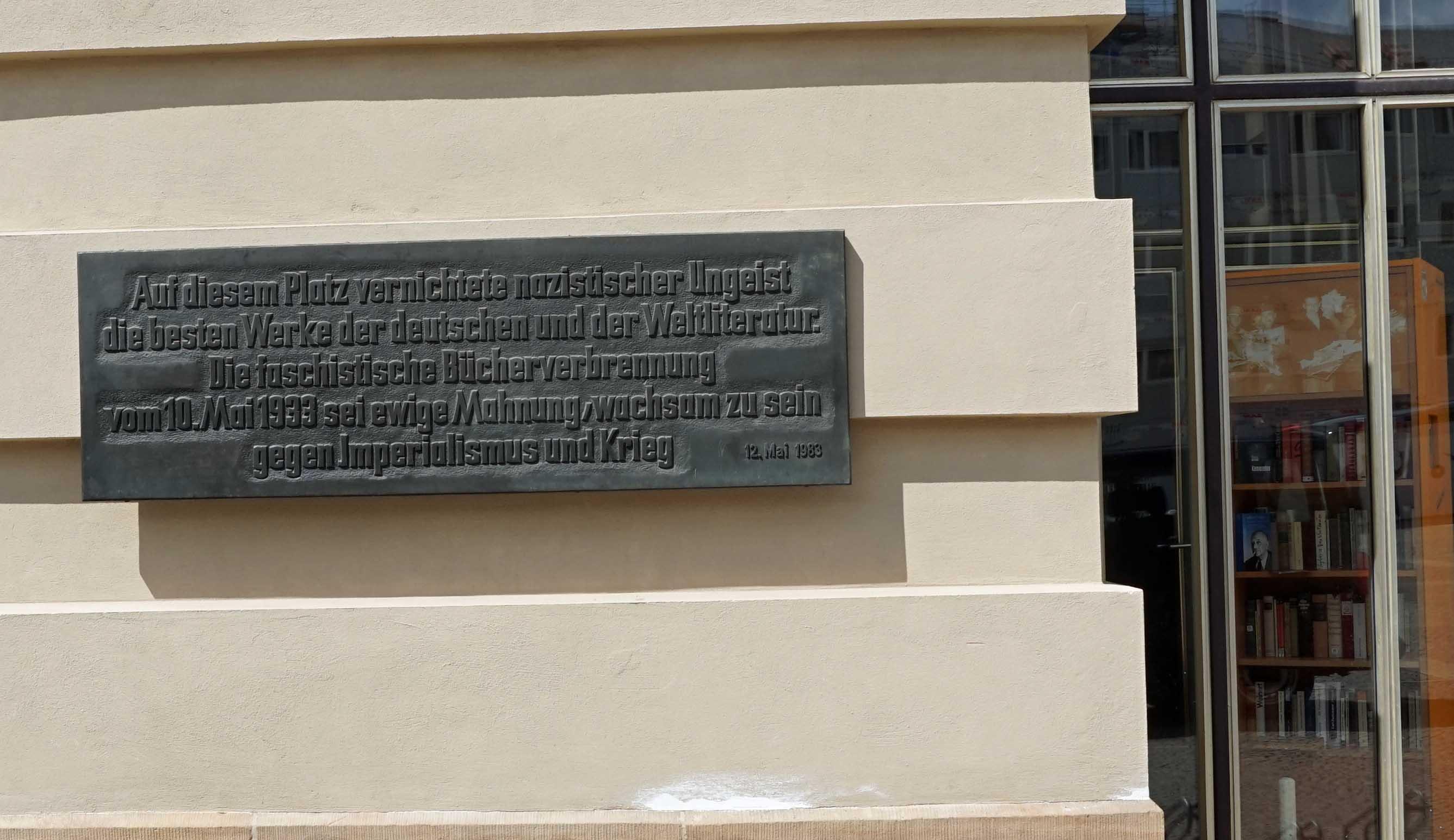 Psychoanalyse im Nationalsozialismus Die 1983 auf dem Bebelplatz eingeweihte Gedenktafel (Foto A. Peglau 2016) fle